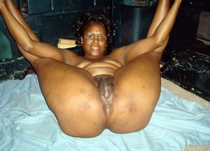 African woman Pissing